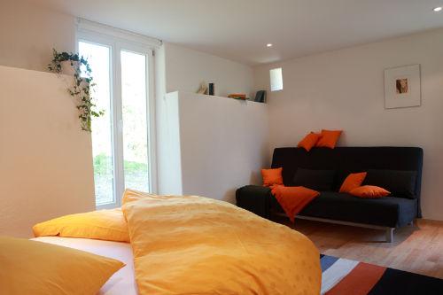 Leseecke mit gemütlichem Sofa