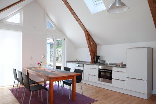 Der Essbereich mit der modernen Küche