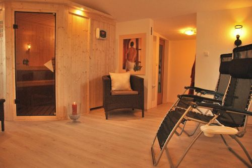 Sauna mit Liegen, Bad u., WC