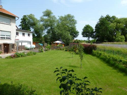 Gartenanlage mit Sitzgruppe und Kota