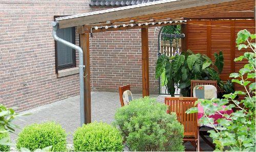 Überdachter Terrassenbereich im Garten
