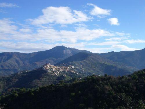 Blick auf Perinaldo vom Colla Bella