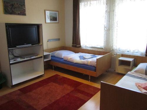 Schlafzimmer 1 mit 3 Einzelbetten TV