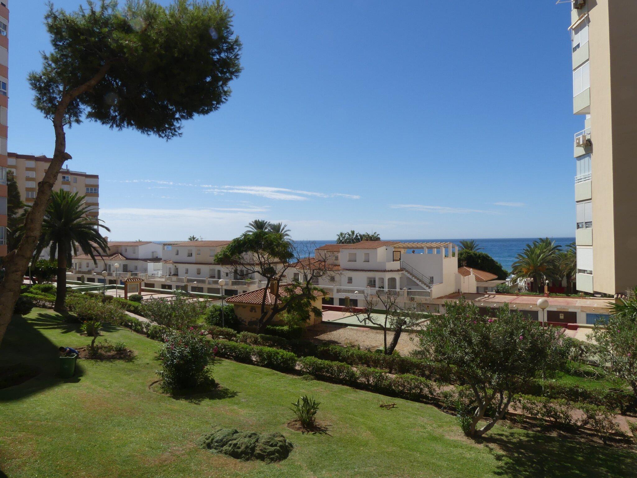 Ausblick vom Balkon (Garten u. Meer)
