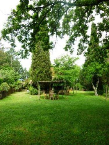 Privater Garten mit Pergola