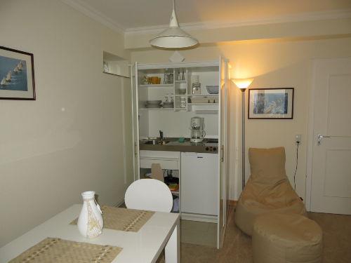 Essbereich mit Schrankküche (geöffnet)