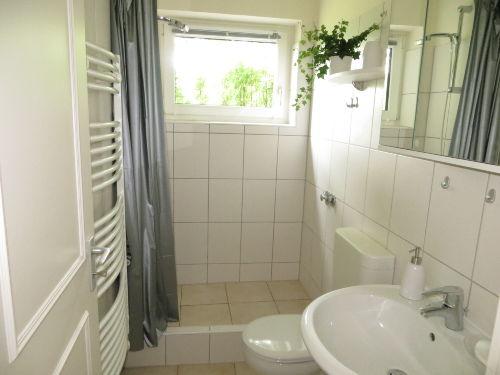 Badezimmer mit Fenster zum Garten