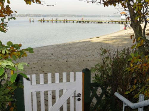 Die Gartenpforte zum Strand hinunter