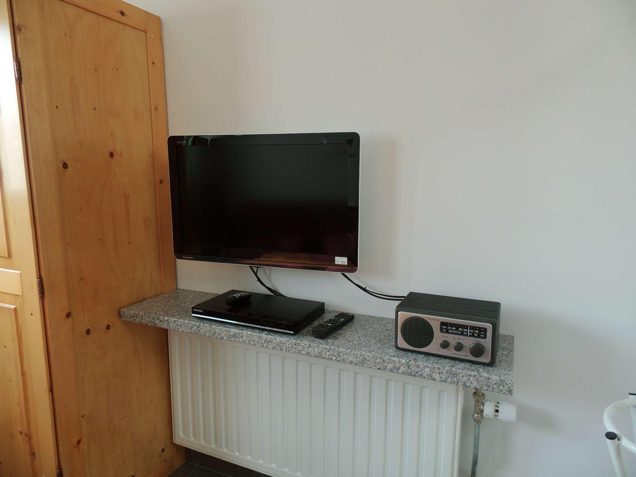 Küche mit Mikrowelle und Kaffeemaschine