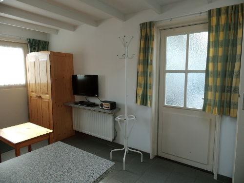 Wohnzimmer mit Fernseher, DVD und Radio