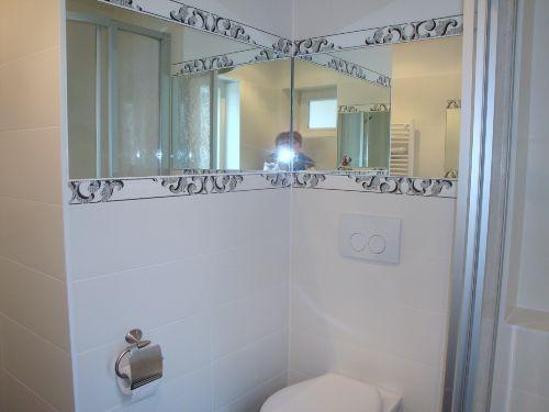 Bad mit Dusche und WC im Erdgescho�