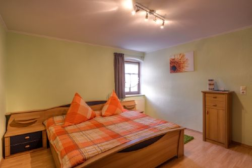 Schlafzimmer mit Außenjalousie und Klima