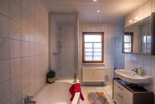 Badezimmer mit Dusche und Wannenbad