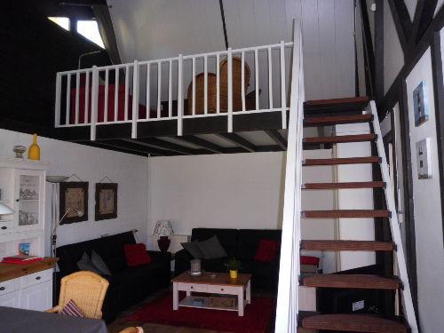 Blick ins Wohnzimmer und zur Empore