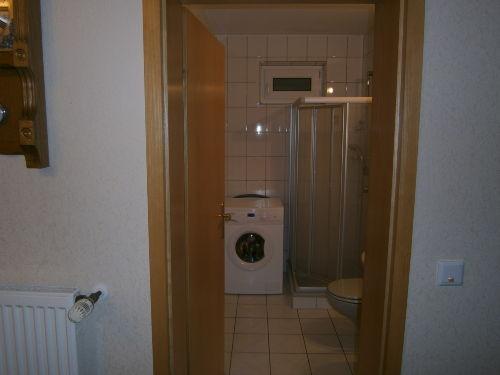 Duschbad mit Waschmaschine und Lüftungsfen