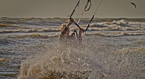 Mick Kitesurfen im Meer von Callantsoog