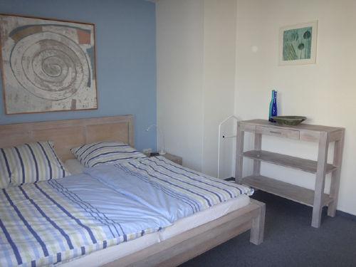 Schlafzimmer mit Ablage