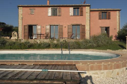 Sicht auf das Haus vom Pool