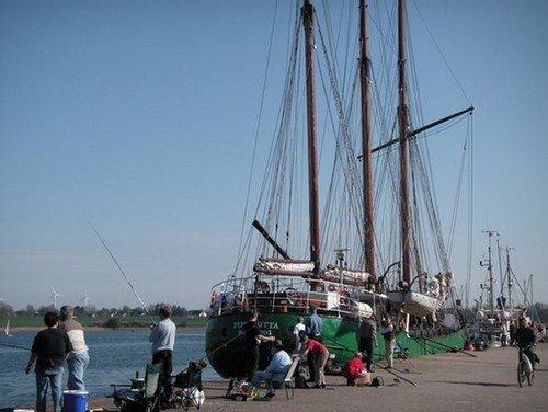 Angler am Hafen von Kappeln