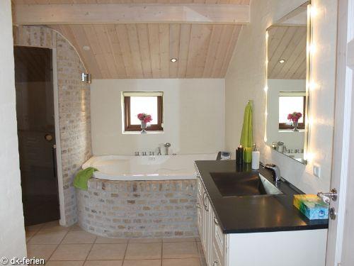 Badezimmer mit Whirlpool und Sauna