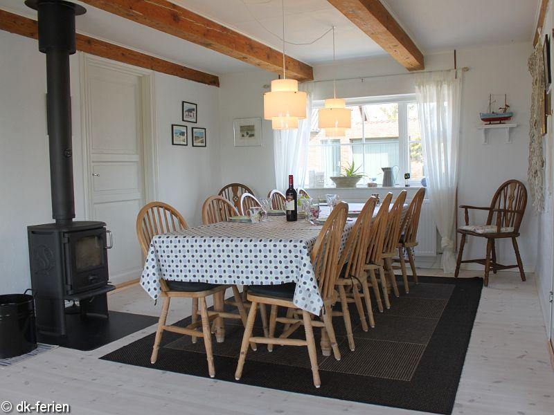 Essbereich mit Ofen im Bodils Hus