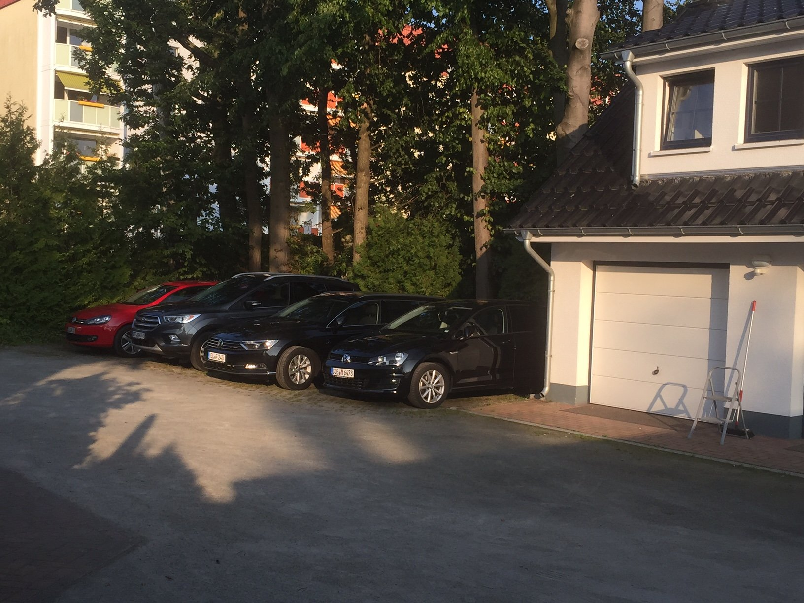 5 Parkplatz, Abstellraum linke Garage