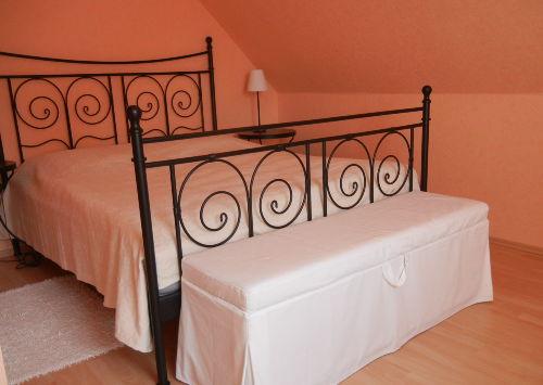 Raum 2 (Schlafzimmer mit Doppelbett)