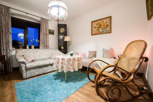 Wohnzimmer mit Schaukelstuhl.