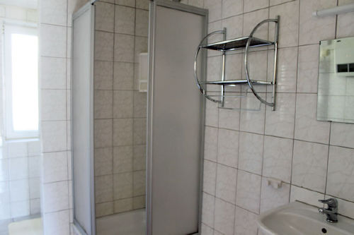 Blick in ein Ferienhaus (Dusche / WC)