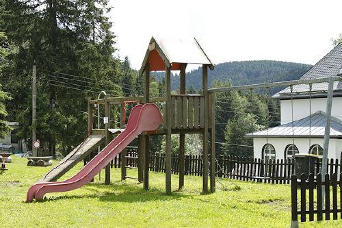 Spielplatz auf dem Grundstück