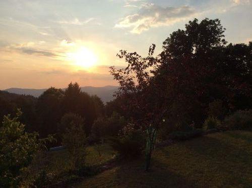Blick vom Balkon ins Tal im Herbst