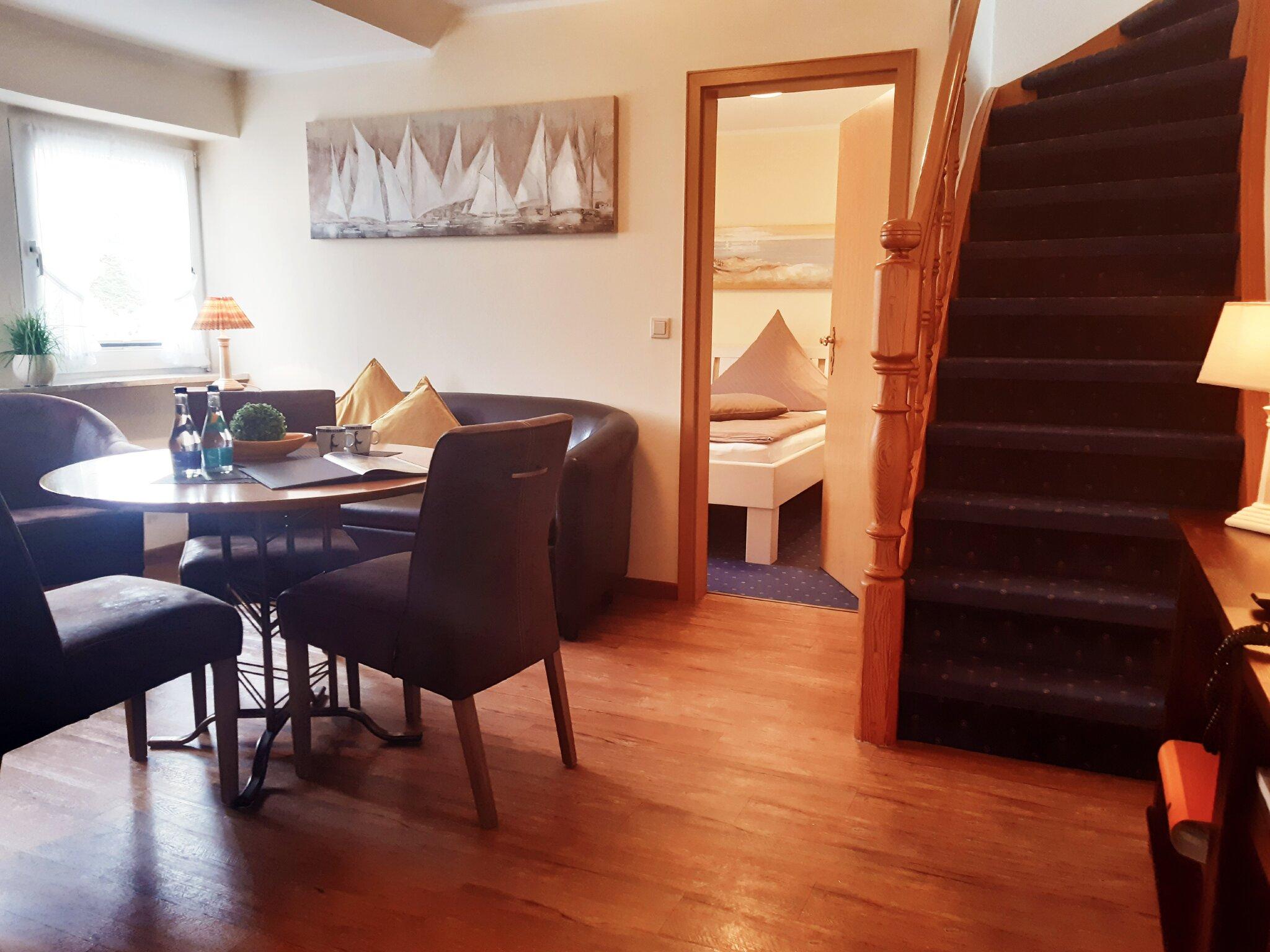 Wohnraum und Blick in ein Schlafzimmer