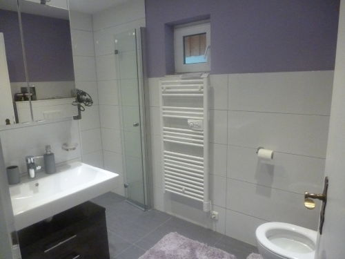 geräumiges Bad mit WC
