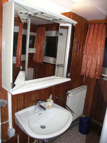Bad mit Spiegelschrank, Dusche und WC