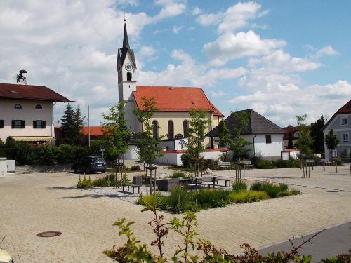 Der Dorfplatz mit Brunnen