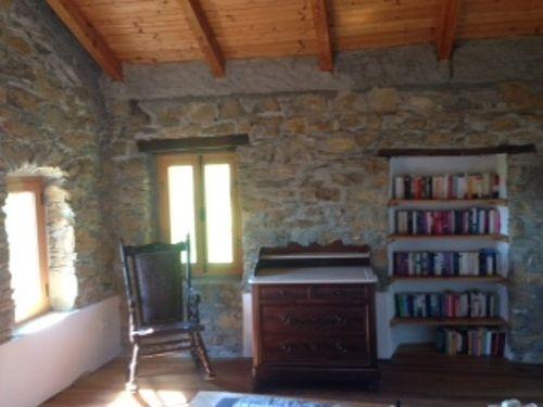 Schlafzimmer mit Lese- und Bücherecke