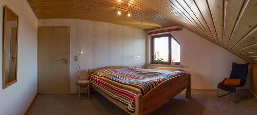 Hohes Bett, Fliegengitter, Wandschrank