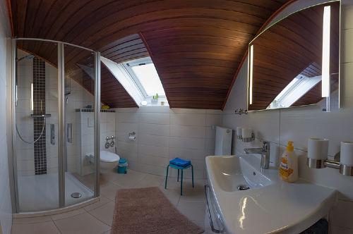 Bad in 180 ° Aufnahme - mit Dachschräge