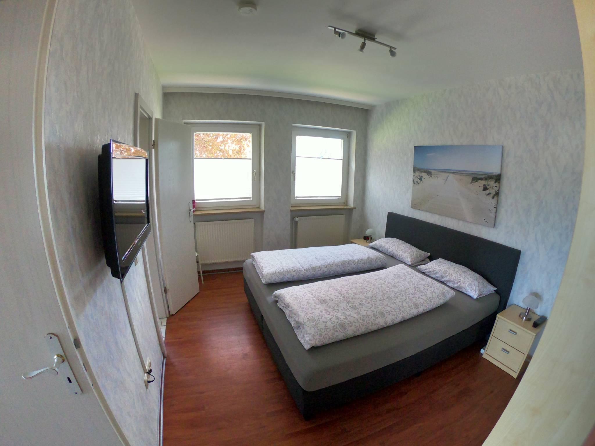 Schlafzimmer, Schrank, TV, zum Badez.