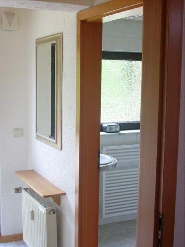 Eingangsbereich und Tür zum Bad.