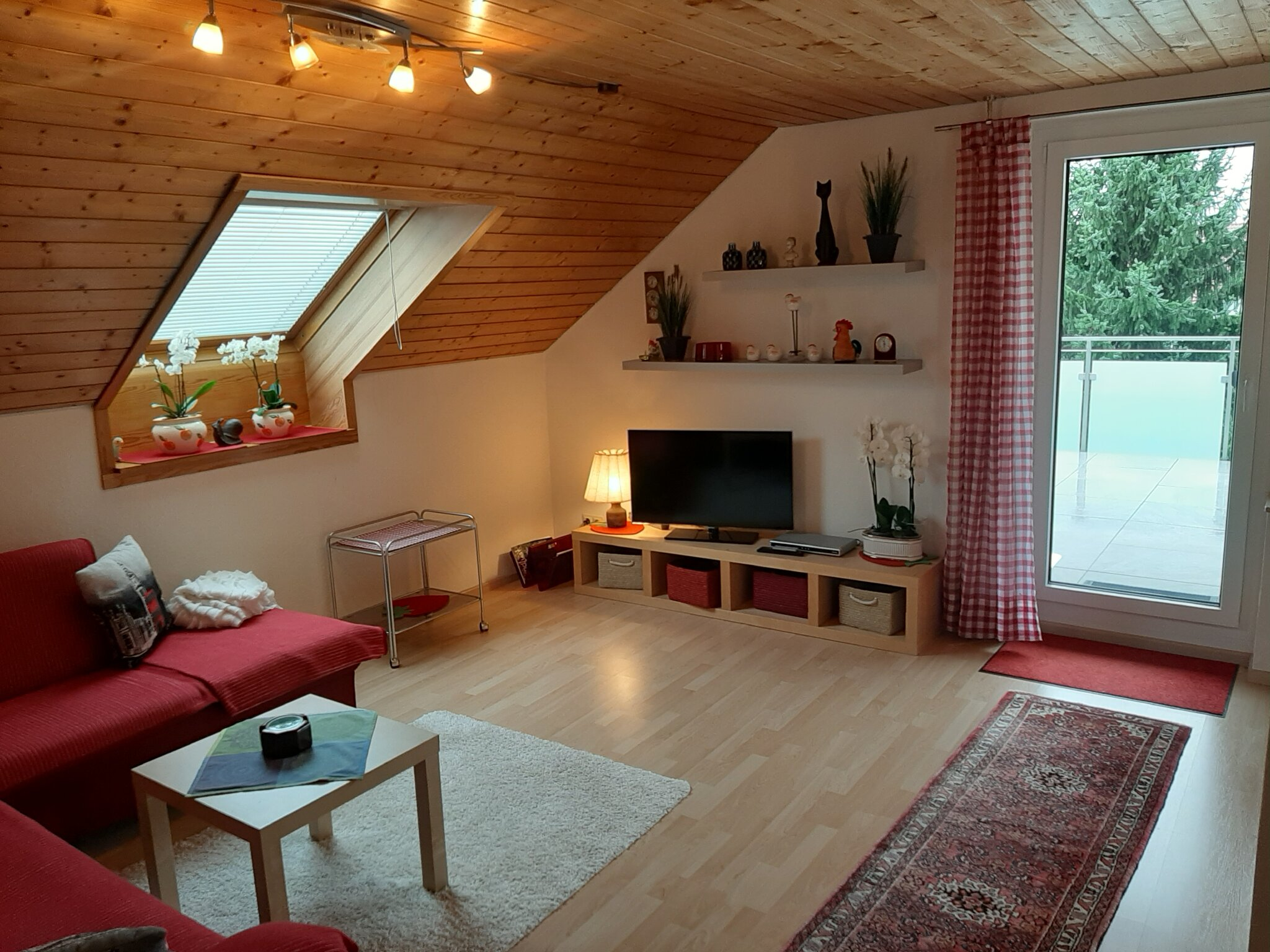 Ess- Wohnzimmer mit Couch u. Flachbild-TV