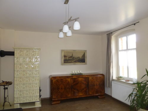 Historischer Kachelofen im Wohnzimmer