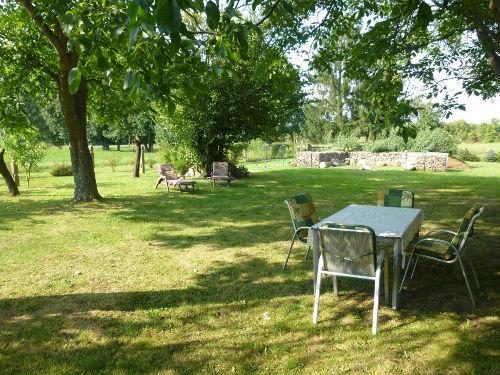 Garten mit Feuerstelle und Spielwiese