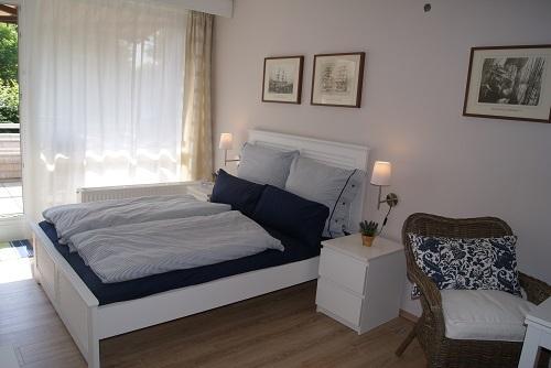 Doppelbett mit frisch bezogenen Betten