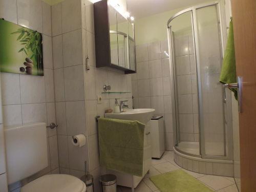 Das olivgrüne Bad mit Waschmaschine