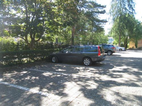 Schattiger Parkplatz beim Appartment