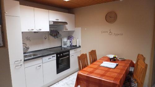 Einbauküche mit Esstisch