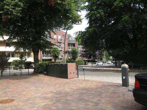 Parkplatz mit Einfahrt