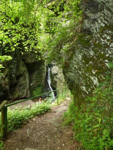 Wasserfall und Wanderweg zur Burg