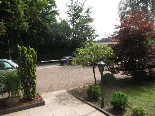 Parkplatz mit Zufahrt und Eingang